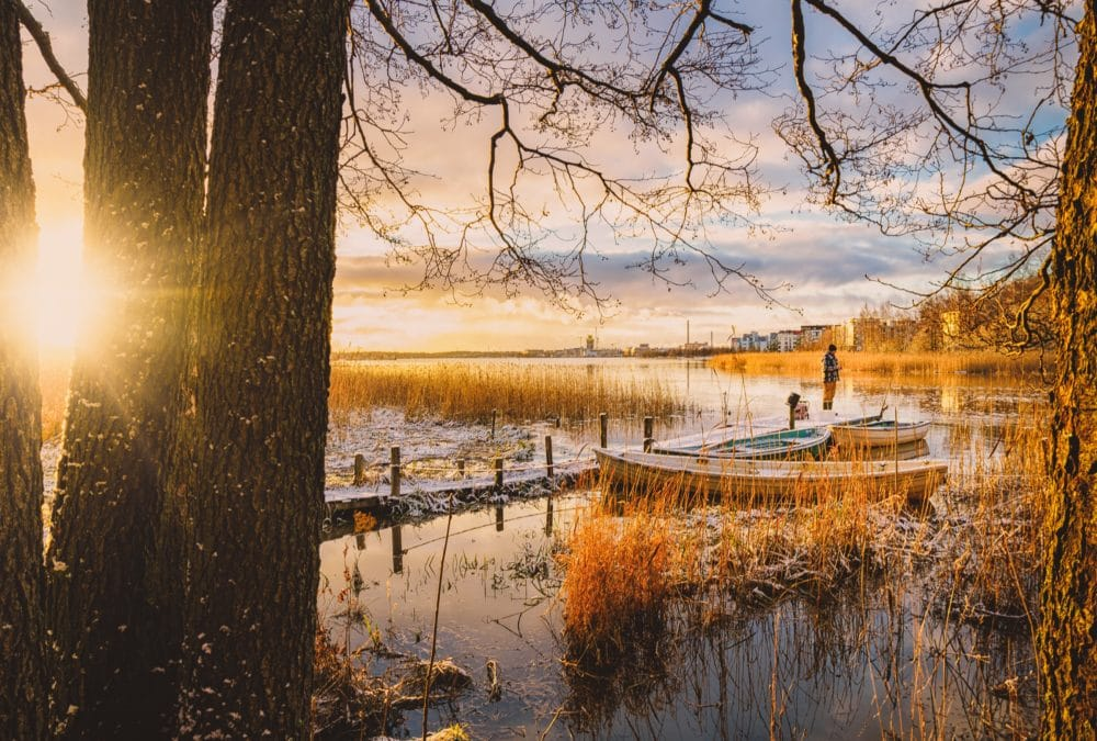A boat on a lake in the autumn.